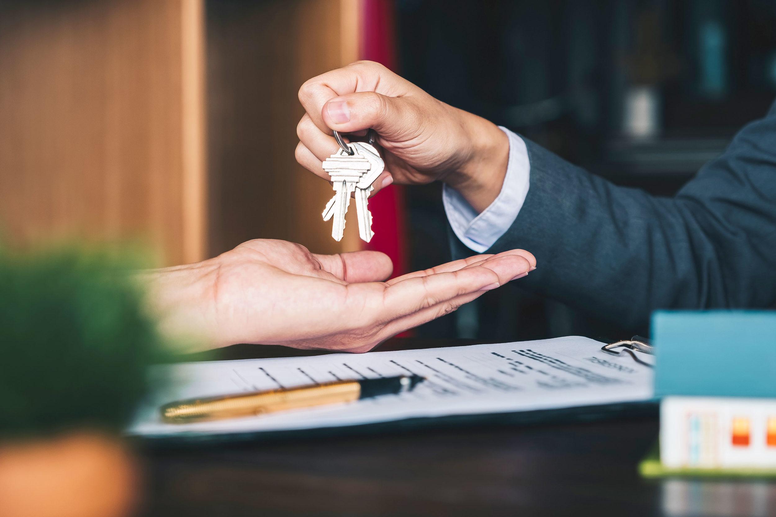 Schlüsselübergabe in der Haus- und Grundstücksverwaltung