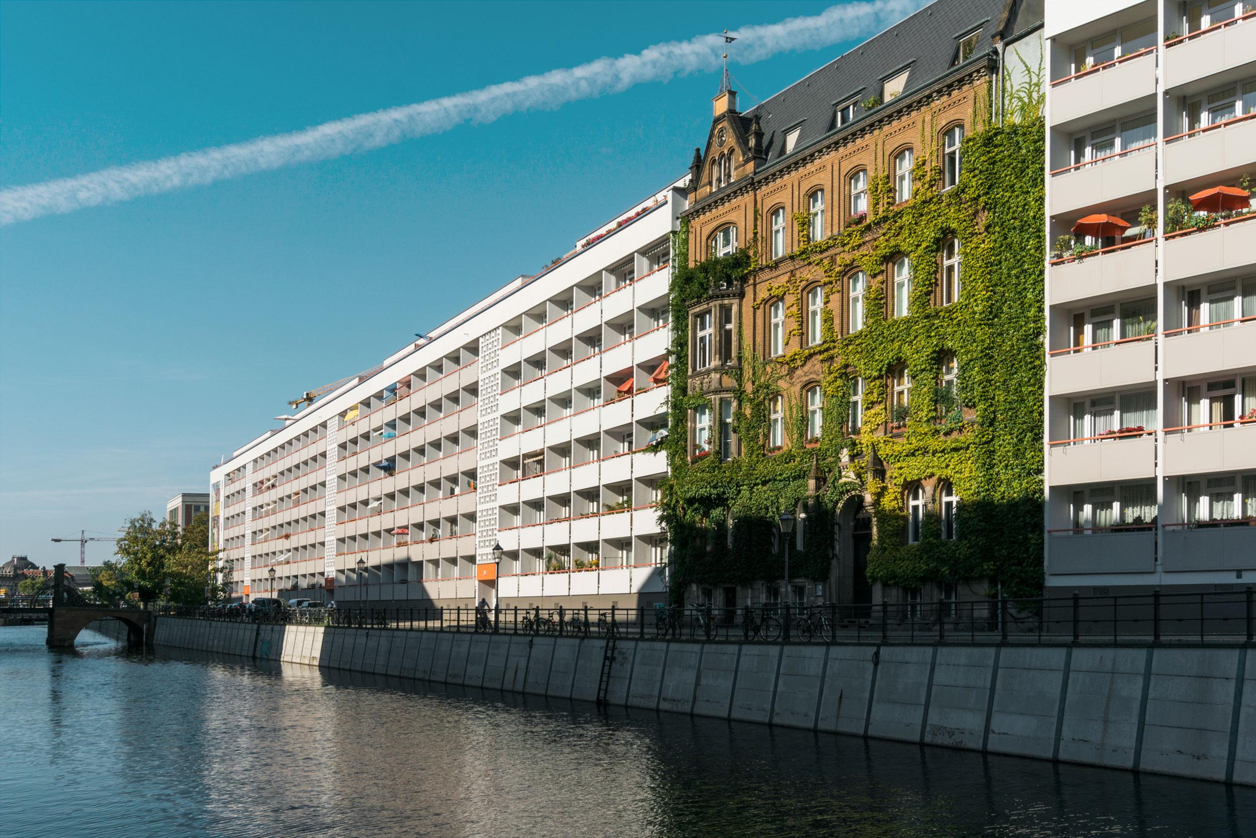 Sozialistische Neubauten neben Immobilien der Gründerzeit